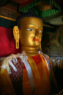 Sitzender Buddha in einem Shey Tempel