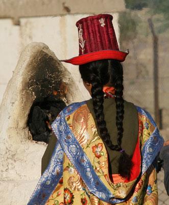 Seidentrachten, Zöpfe und Hüte der Ladakh Frauen