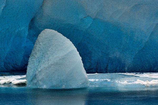 Eiskegel, gekalbt vom  Breidamerkurjökull in der Gletscherbucht von Jökulsarlon;