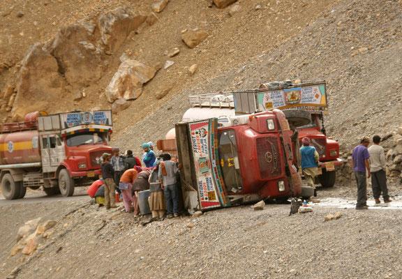 Leh-Manali Transhimalaya: Umgestürzter Tankwagen am Lachulung La
