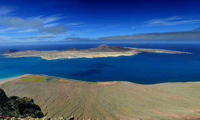 La Graciosa ist die kleinste bewohnte Insel der politisch zu Spanien gehörenden Kanarischen Inseln, aufgenommen vom Mirador del Rio; Lanzarote, 8. Februar 2016