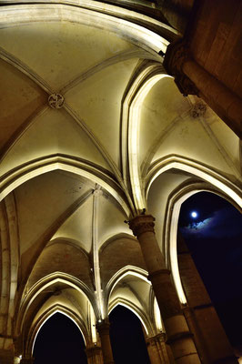 Basilika Nôtre Dame, Beaune; Vorhalle mit gotischen Spitzarkaden