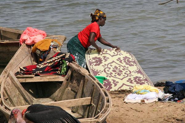 Reinigung am Lake Albert, Uganda