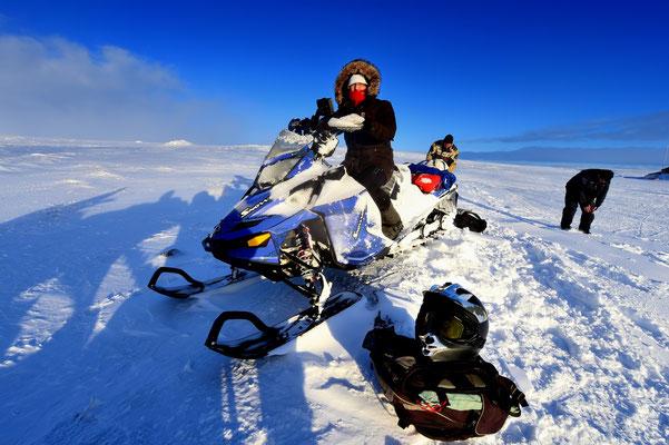 Pia auf Schneescooter bei Hveravellir