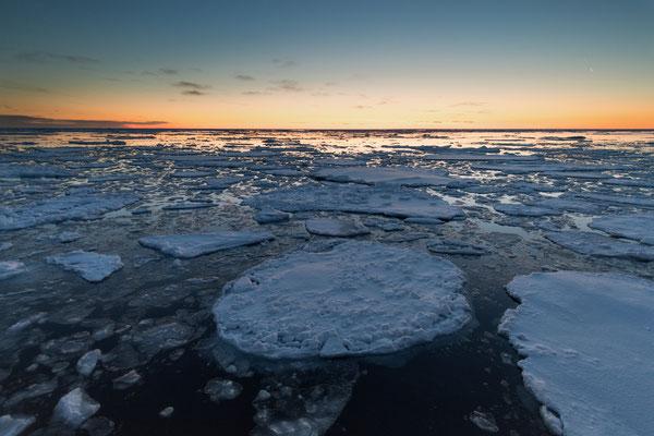 Letzte Nacht im polaren Drifteis; Aufregung um 01:30 Uhr. Eine Bärin mit ihrem Kleinen nähert sich auf wenige Meter; ungeschicktes Verhalten einiger Begleiter beenden das Schauspiel, bevor es richtig begonnen hat; Trost: Fantastische Dämmerungsstimmung