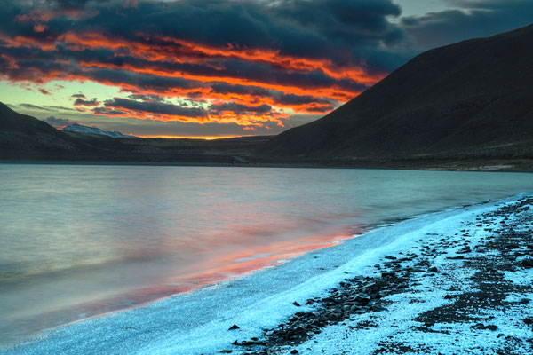 Laguna Amarga (salzhaltiger See mit Salzkristallen in der Uferzone
