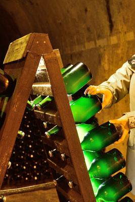 Caves Taittinger; Reims, Champagne (wegen des Satzes müssen die Flaschen immer wieder gedreht werden)