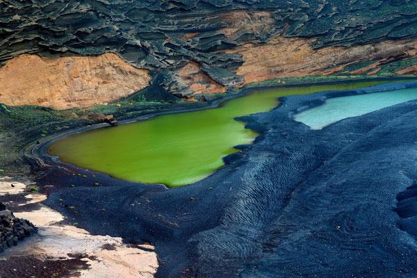 Eine Lagune bei El Golfoliegt 50 Meter von der Küste entferntt. Die markante grüne Farbe kleinen Sees entsteht durch einzellige Algen; 7. Februar 2016