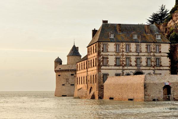 Le Mont-Saint-Michel (F), Département Manche, Basse-Normandie; die Festung im Südteil steht bei Flut unter Wasser