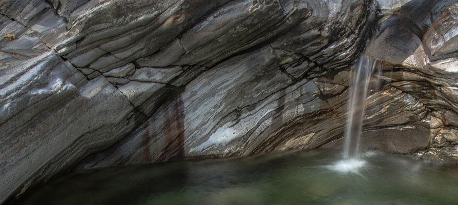 Granit und Gneis; Verzasca im Oktober