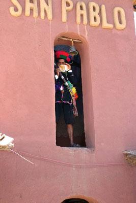 Zur vollen Stunde; San Pablo (auf dem Weg von Cusco zum Titicaca See)