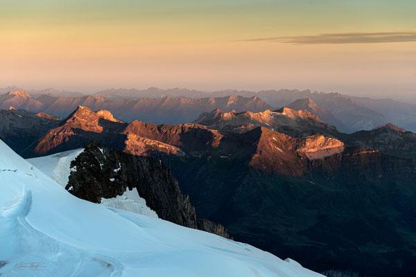 Blick ins Berner Oberland und ins Schweizerische Mittelland; Blick vom Jungfraujoch am Morgen des 20.7.2020