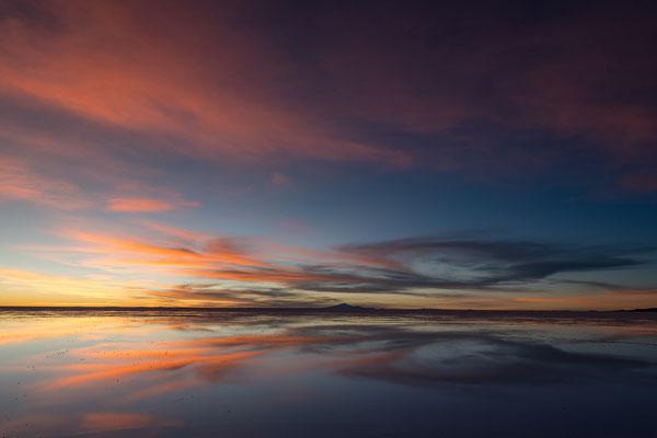 Spiegelung im leicht (ca 3 cm) unter Wasser stehenden Salar Uyuni kurz nach Sonnenuntergang (im Osten Nähe Colchani)