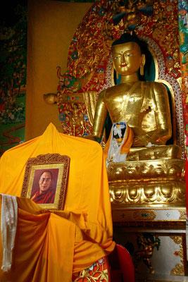 Tempel im Gastquartier des Dalai Lama auf der obersten Terrasse der Mandala Schulanlage