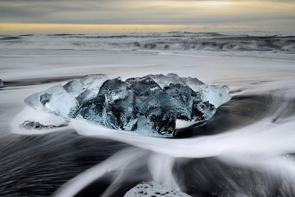 Eisbrocken des Breidamerkurjökull, angeschwemmt an den schwarzen Lavasandstrand der Küste vor Jökulsarlon