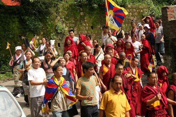 Demonstration Tibetanischer Mönche und Anhänger: Man will als 'Tibet' an die Olympics von Peking 2008