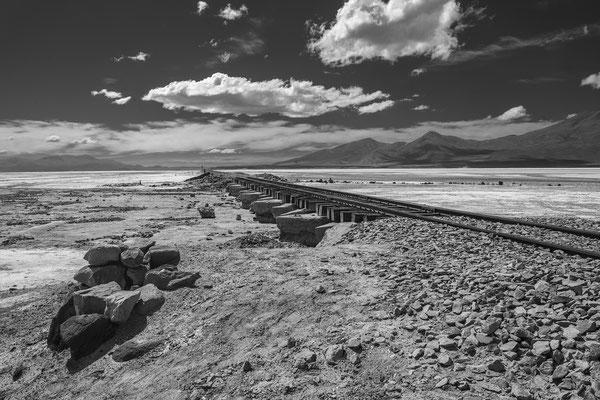 Güterbahnlinie von Bolivien...; vor dem Grenzbahnhof Estacion Avaroa
