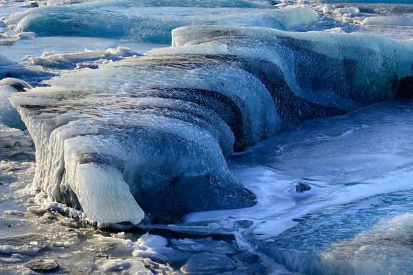 Eisformation, gekalbt vom  Breidamerkurjökull in der Gletscherbucht von Jökulsarlon; beeindruckende Marmorierung