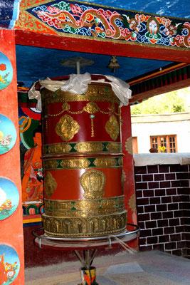 Gebetsrad vor dem Kloster Zanskar