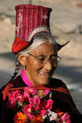 Traditioneller, festlicher Trachtenhut zu Ehren des heutigen Besuchers, des Dalai Lama in Leh, Ladak (Jammu Kaschmir)