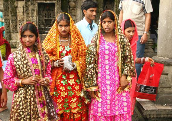 Kangra Tal, Pilger vor einem Indutempel