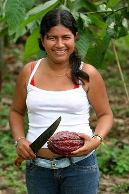 Die eigenen Kakaofrüchte im Garten; Mädchen nahe bei Guayaquil (Ecuador)