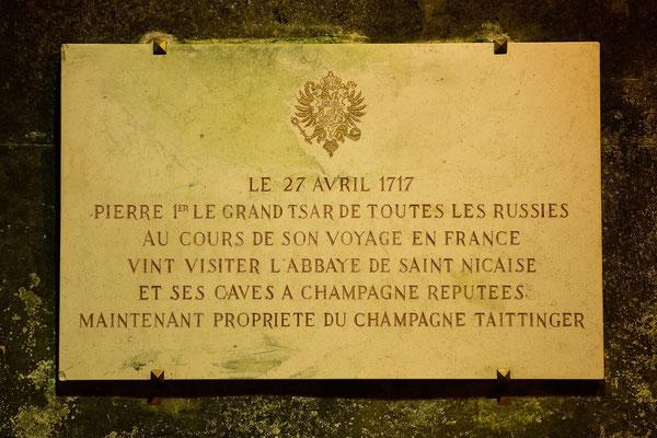 Tafel zur Erinnerug an den Besuch des Zar Peter des Grossen; im Cave Taittinger, den damaligen Kellergewölben der Abtei St. Nicaise