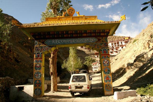 Einfahrt zum Kloster Rizong