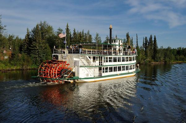 Fairbanks; Dinner auf dem Chena River bei Fahrt durch adrette Uferlandschaft