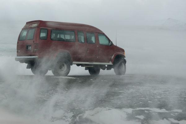 Blizzard über der zugefrorenen Lagune, die zur Eishöhle bei Jökulsarlon führt