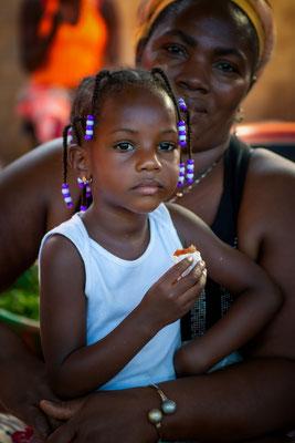 Mit Mutter in der Markthalle von Praia