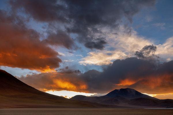 Farbiger Sonnenuntergang vor der Laguna Ramadita am Ausgang der Siloli-Wüste