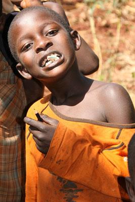 Grimassen in der Entwicklungsschule bei Jinja, Uganda