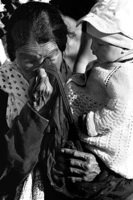 Nach der Begegnung mit dem Dalai Lama zu tränen gerührt, Frau mit Enkelkind in Leh (Ladakh, Kaschmir)