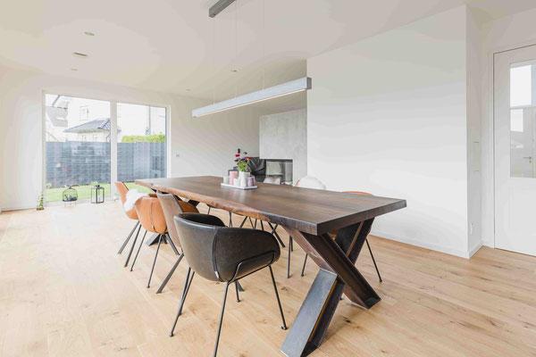 Nachhaltiges Holz trifft Luxus. Tisch aus Räuchereiche mit verschiedenen Gestellen aus Holz, Stahl oder Glas konfigurieren.