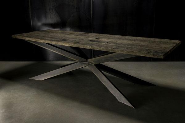 Dunkler Massiver Designer Holztisch