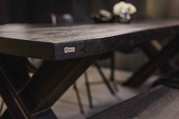 Exklusives Design trifft Handwerk. Hochwertiges Holz für deinen Tisch gibt dem Raum ein stilvolles Ambiente.