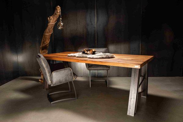 Tisch individuell konfigurieren und direkt live vor Ort in Essen kaufen.