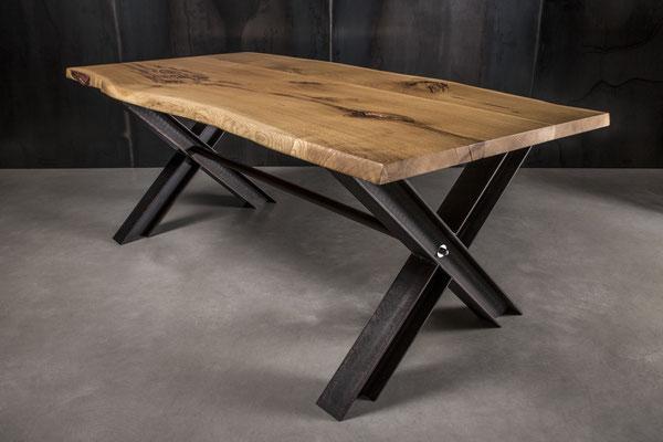 Möbelloft Unikat Maß Tisch aus Massivholz auf Stahlgestell. UnikatTisch, Tisch auf Maß, Baumtisch, Charaktertisch, Naturtisch, Naturkante, Baumkante, Waldkante, Monolitplatte, Holzplatte, Naturplatte, Baumscheibe, Baumscheibentisch, Unikatplatte, NRW