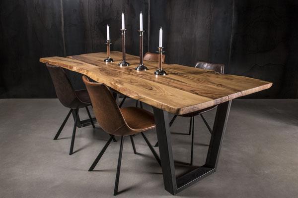 Designer Tisch mit Trapezförmigen Tischbeinen im Arrangement