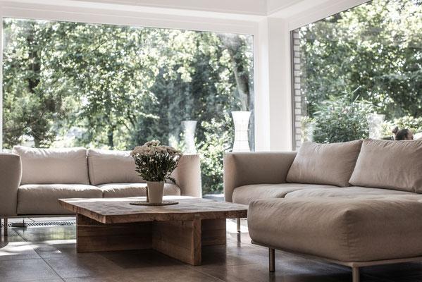 Designer Tisch mit Sofa Arrangement