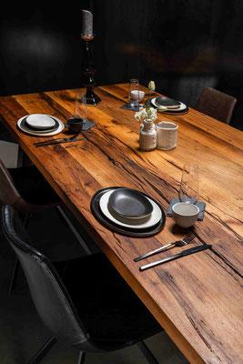 Gib deiner Wohnlandschaft mehr Luxus und Stil mit einem Tisch aus Altholz.