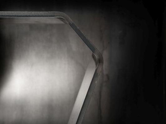 Stahl Designertisch.
