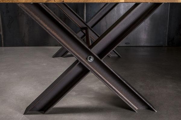 Gekreuzte Designer Metall Tischbeine
