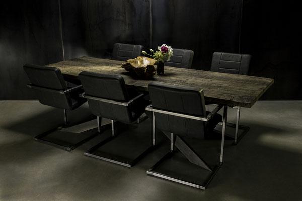 Dunkler Designer Tisch im Arrangement