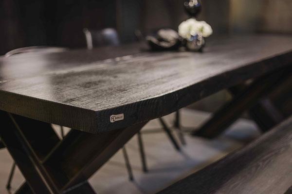Jetzt Designertisch aus schwarzer Eiche entdecken und kaufen.