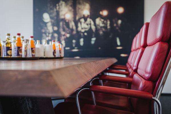 Für die Konfernenz edle Tische. Edle Hölzer individuelle gestalten und kombinieren mit verschiedenen Gestellen aus Holz, Stahl oder Glas.
