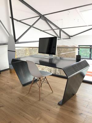 Bürotisch mit stilvoller Optik aus Stahl online oder vor Ort auf der Zeche Zollverein entdecken und kaufen.