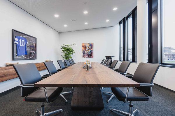 Konferenztisch für das Büro vor Ort auf der Zeche Zollverein entdecken.