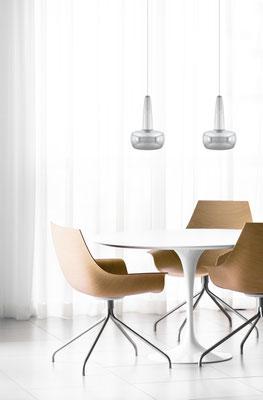 Lounge Arrangement aus Designerstühlen und Tisch